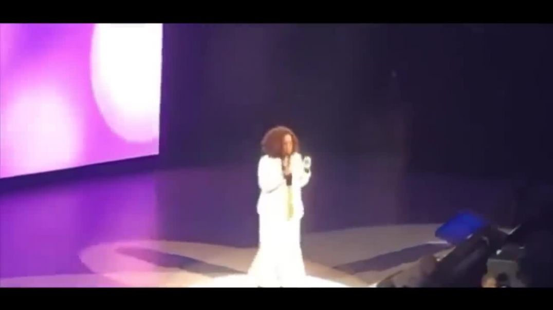 Oprah Winfrey falls on stage and laughs It off